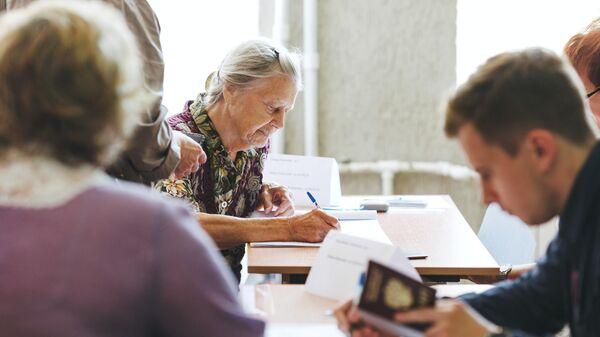 Пенсионерка на избирательном участке