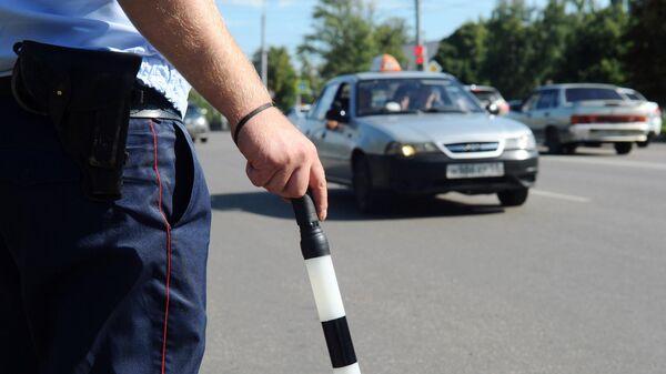 Инспектор дорожно-патрульной службы (ДПС) на маршруте патрулирования