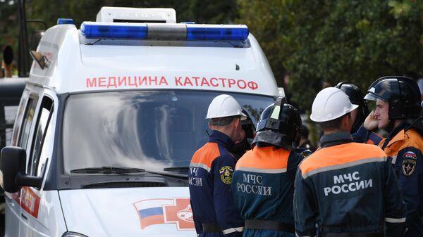 Сотрудники МЧС РФ на месте обрушения перекрытий в строящемся здании в Новосибирске