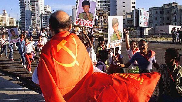 Мужчина с флагом коммунистической партии США на Кубе. 1999 год
