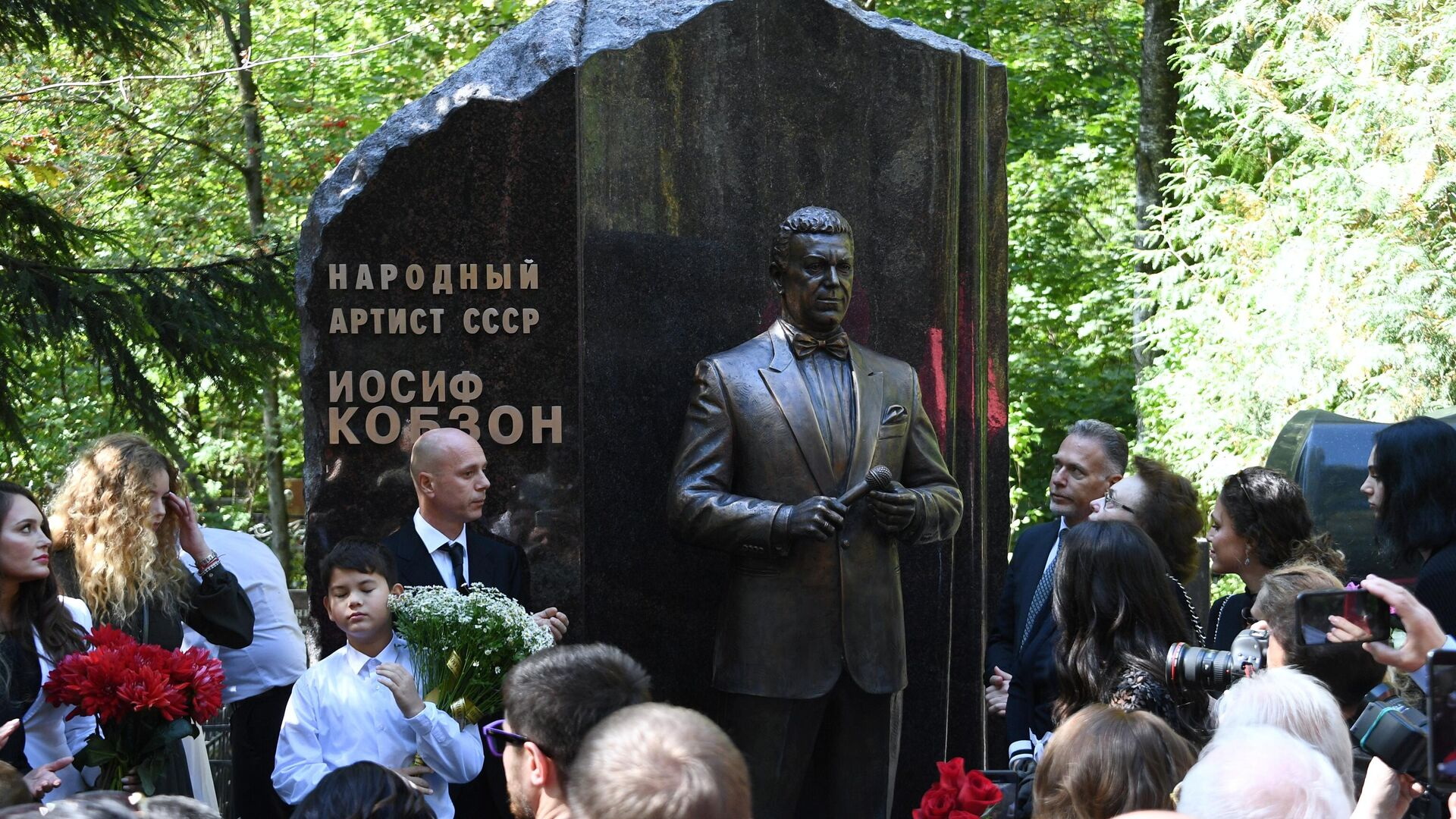Памятник Иосифу Кобзону на Востряковском кладбище в Москве - РИА Новости, 1920, 01.09.2020