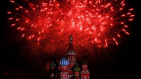 Салют на торжественной церемонии открытия XII Международного военно-музыкального фестиваля Спасская башня на Красной площади в Москве