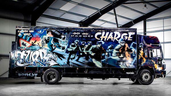 17-тонный грузовик, покрытый граффити художника Бэнкси,  на аукционе  Bonhams