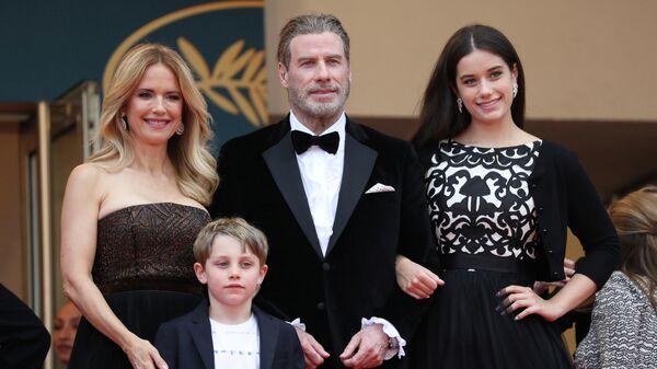 Актер Джон Траволта с женой Келли Престон, дочерью Эллой Блю и сыном Бенджамином