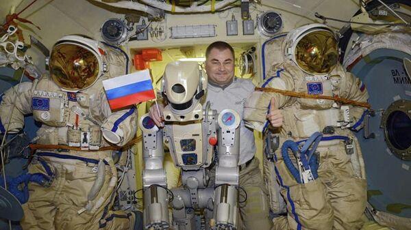 Антропоморфный робот Skybot F-850 с космонавтом Роскосмоса Алексеем Овчининым на борту МКС