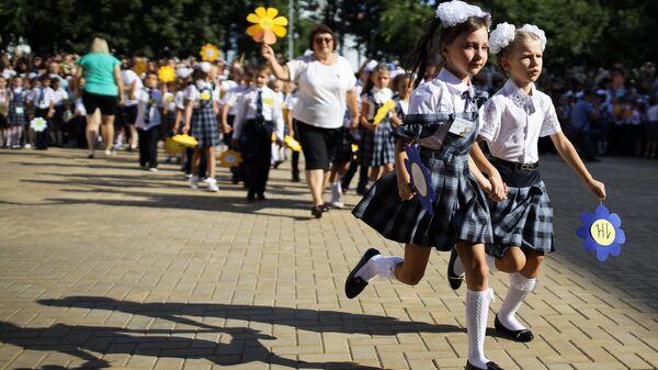 Первоклассники на торжественной линейке в День знаний, проходящей в новом филиале средней общеобразовательной школы № 11 в Краснодаре