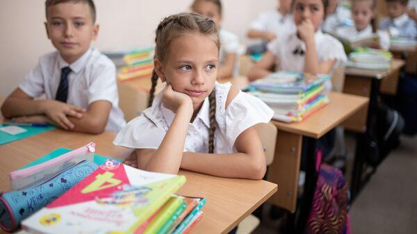 Ученики школы-лицея №3 имени А. С. Макаренко в Симферополе в первый день учебного года