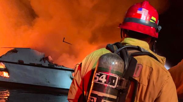 Сотрудники пожарного управления округа Вентура во время ликвидации пожара на судне у берегов Калифорнии, США. 2 сентября 2019