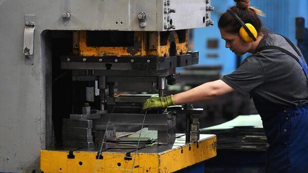 Сотрудница в цехе по производству лифтового оборудования на Щербинском лифтостроительном заводе