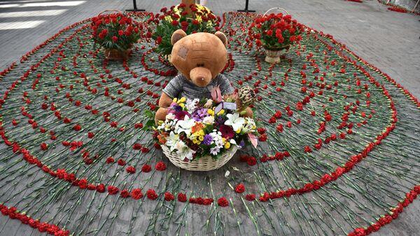 Цветы и игрушки в бывшей 1-й Бесланской школе, где проходят траурные мероприятия, посвященные 15-й годовщине теракта 1-3 сентября 2004 года