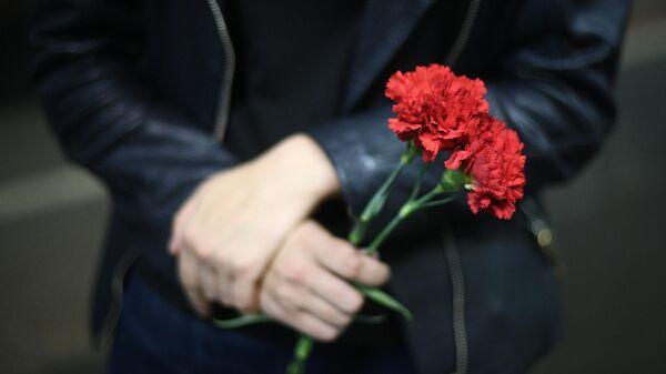 Цветы в руках девушки