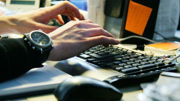 Молодой человек работает за компьютером