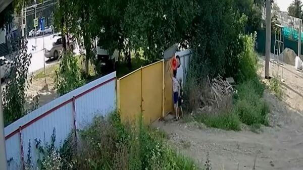 Видео кражи садовой тачки подростками в Белореченске
