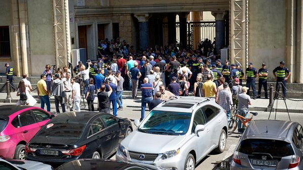 Акции протеста против выдвижения на пост премьер-министра Грузии главу МВД Георгия Гахария у здания парламента в Тбилиси