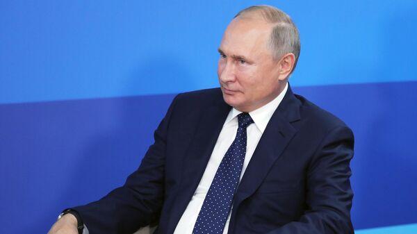 Президент РФ Владимир Путин во время встречи с заместителем премьера Государственного совета Китая Ху Чуньхуа на полях Восточного экономического форума – 2019