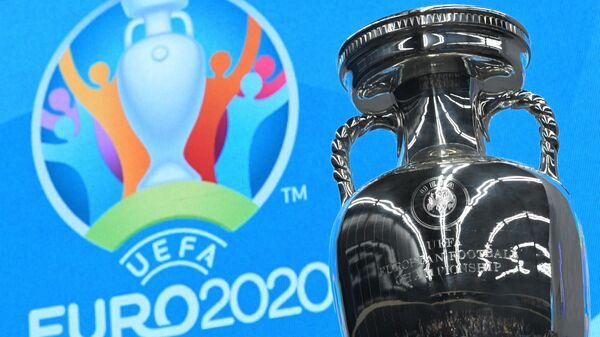 Кубок и логотип чемпионата Европы-2020 по футболу