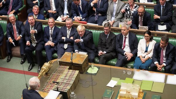 Премьер-министр Великобритании Борис Джонсон и лидер Лейбористской партии Джереми Корбин во время заседания Палаты общин в Лондоне