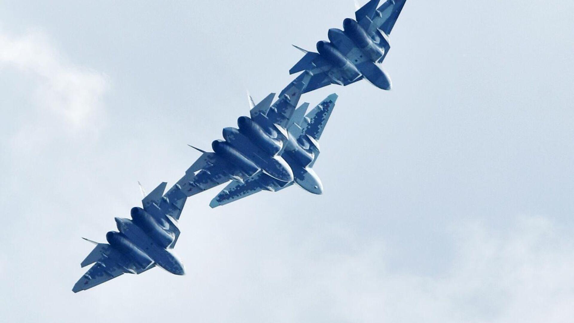 Российские многофункциональные истребители пятого поколения Су-57 выполняют демонстрационный полет на Международном авиационно-космическом салоне МАКС-2019 в подмосковном Жуковском - РИА Новости, 1920, 16.05.2020