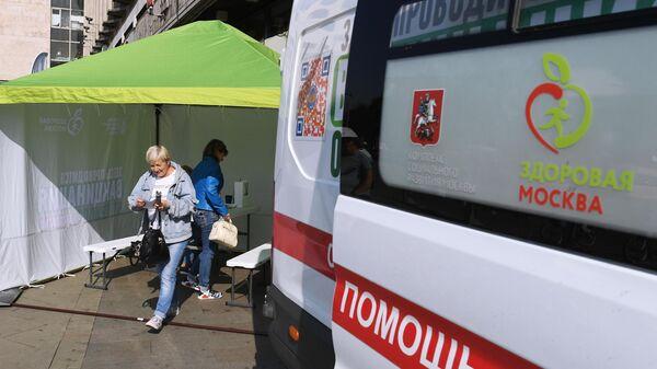 Мобильный пункт вакцинации на Тверской улице в Москве