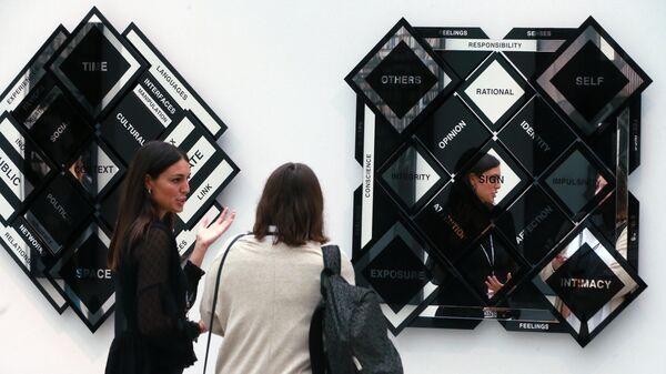 Посетители галереи Giorgio Persano (Турин) на открытии ярмарки современного искусства Cosmoscow