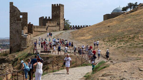 Туристы на территории Генуэзской крепости в Судаке