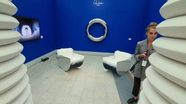 Девушка на стенде Orekhov Gallery во время открытия ярмарки современного искусства Cosmoscow в Москве.