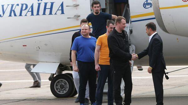 Президент Украины Владимир Зеленский во время встречи с отпущенными в России украинцами в аэропорту Борисполя. 7 сентября 2019