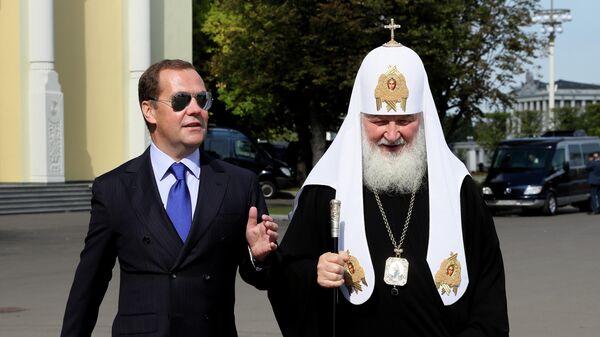 Дмитрий Медведев и патриарх Московский и всея Руси Кирилл перед началом торжественных мероприятий на ВДНХ, посвящённых празднованию Дня города Москвы.