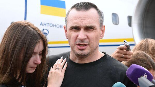 Олег Сенцов во время встречи участников договоренности об освобождении между Россией и Украиной в аэропорту Борисполь