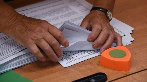 Члены избирательной комиссии считают голоса на избирательном участке во Владивостоке в единый день голосования в России