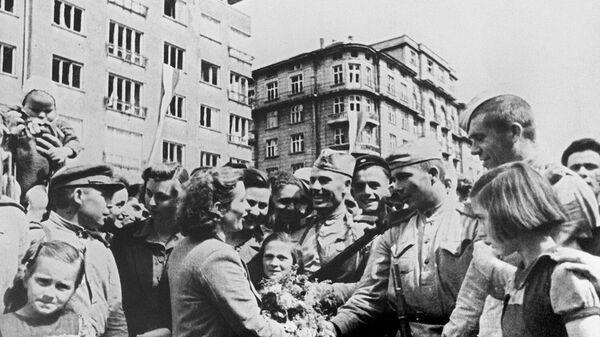 Жители освобожденной Софии приветствуют бойцов Красной армии. Вторая мировая война (1939-1945)