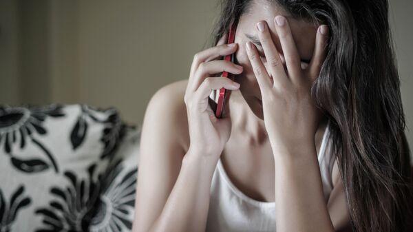 Девушка звонит по телефону