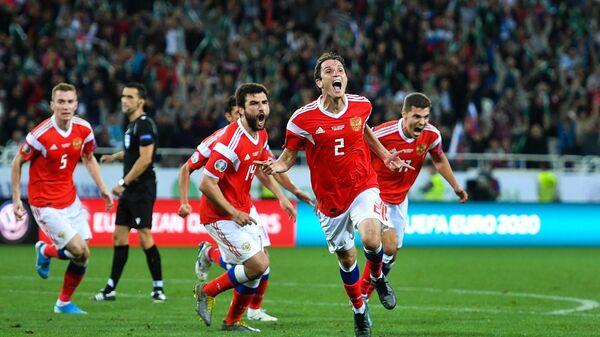 Футболисты сборной России радуются забитому мячу. На первом плане - автор победного гола Марио Фернандес.