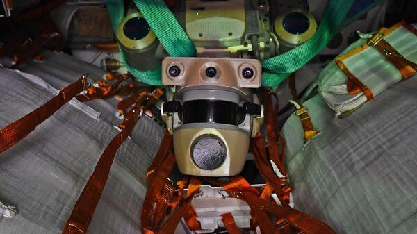 Робот Федор в спускаемом аппарате космического корабля Союз МС-14 после полета на МКС на территории ракетно-космической корпорации Энергия