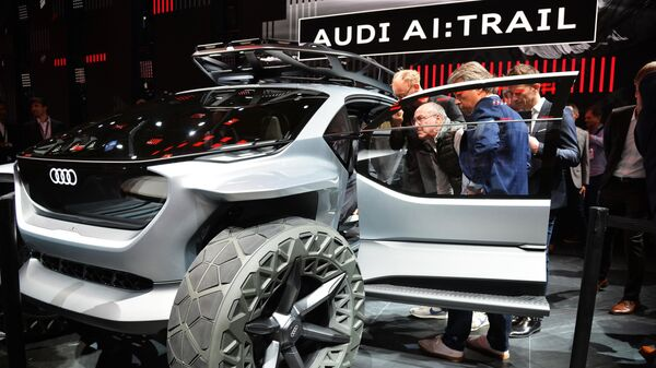Посетители у автомобиля Audi AI:Trail на международном автомобильном салоне во Франкфурте