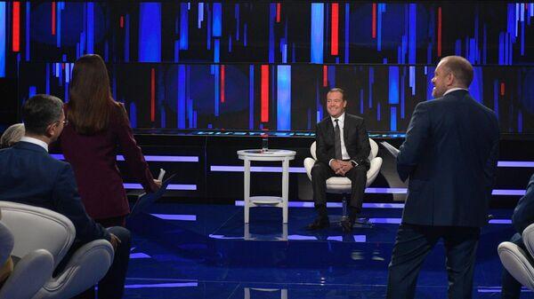 Премьер-министр РФ Дмитрий Медведев во время программы Диалог на канале Россия 24