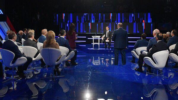 Председатель правительства РФ Дмитрий Медведев во время программы Диалог на канале Россия 24