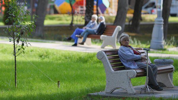 Пожилая женщина в сквере