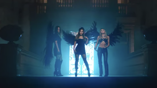 Кадр из видеоклипа Don't Call Me Angel в исполнении Арианы Гранде, Майли Сайрус и Ланы Дель Рей