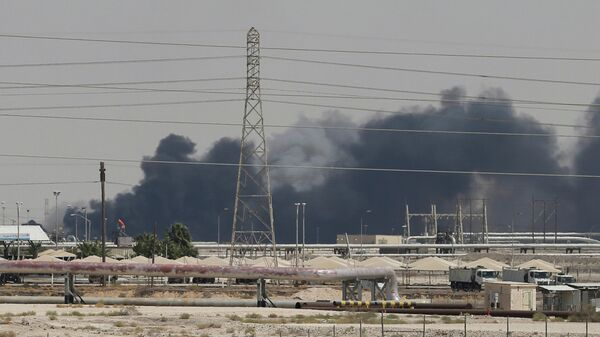 Дым от пожара на нефтеперерабатывающем заводе Aramco в Саудовской Аравии. 14 сентября 2019