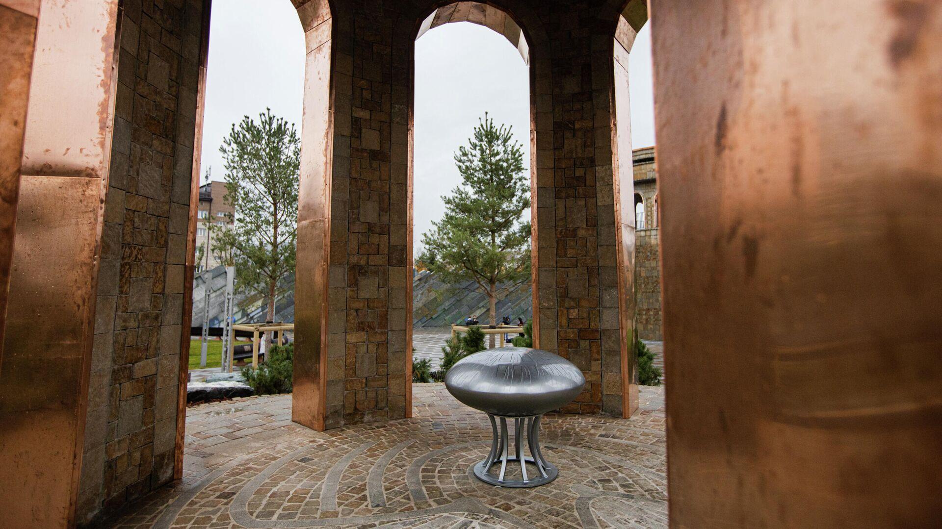 Сквер Парк ангелов, построенный в память о погибших в пожаре в торгово-развлекательном центре Зимняя вишня, в Кемерово - РИА Новости, 1920, 27.05.2021