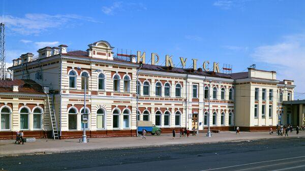 Здание железнодорожного вокзала в городе Иркутске