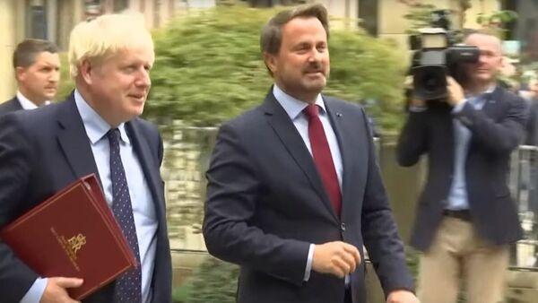 Борис Джонсон покидает пресс-брифинг в Люксембурге