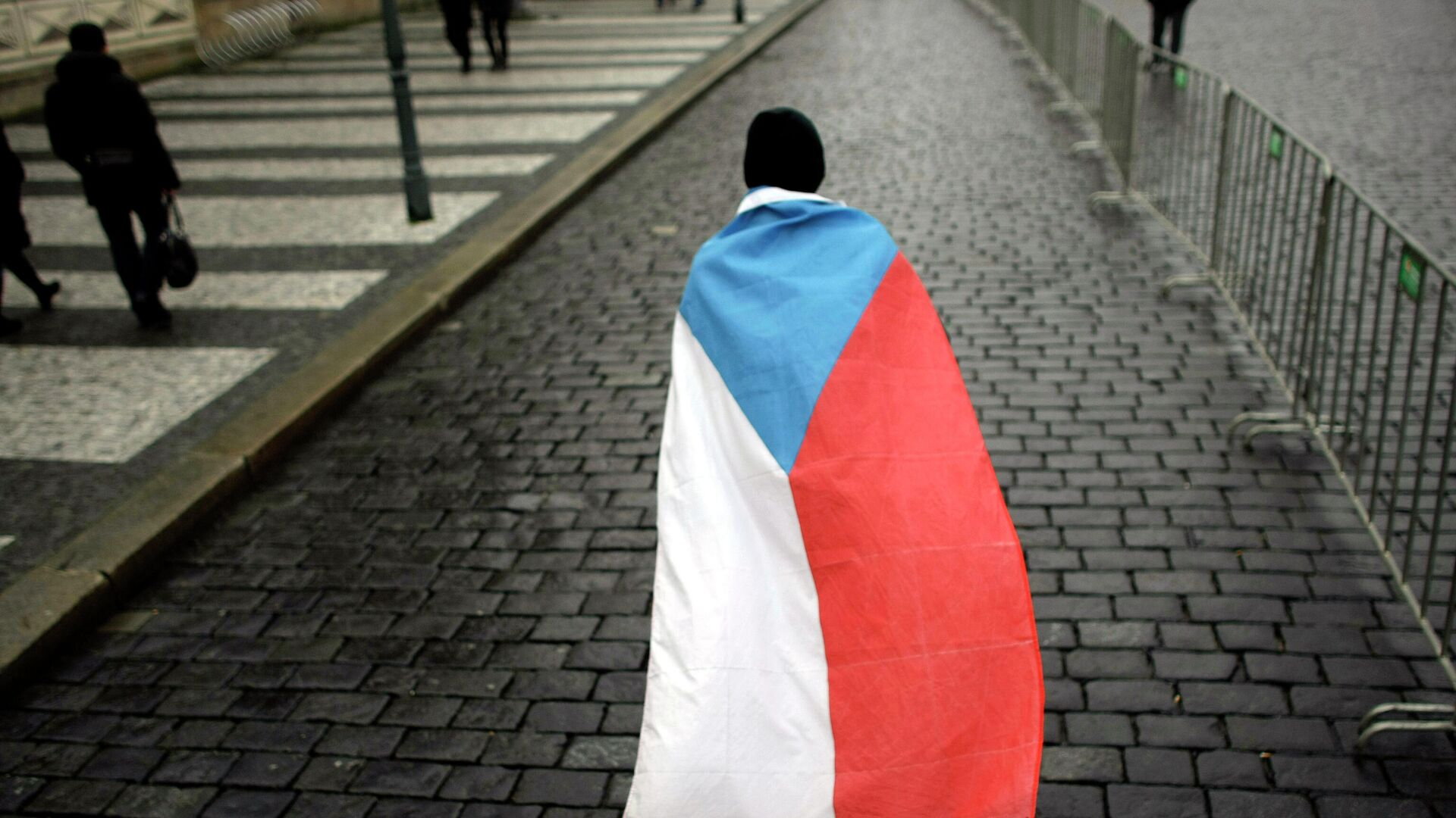 Мужчина с государственным флагом на улице Праги - РИА Новости, 1920, 09.10.2021