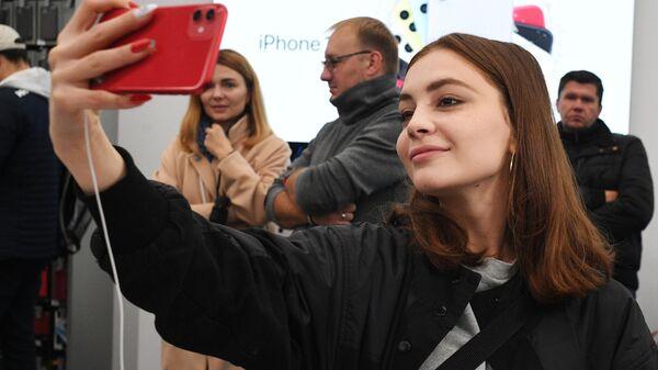 Покупательница в магазине re:Store на Тверской улице в Москве, где начались продажи новых iPhone 11, iPhone 11 Pro и iPhone 11 Pro Max