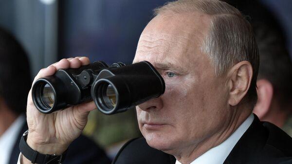Президент РФ Владимир Путин наблюдает за проведением основного этапа стратегического командно-штабного учения Центр-2019 на полигоне Донгуз