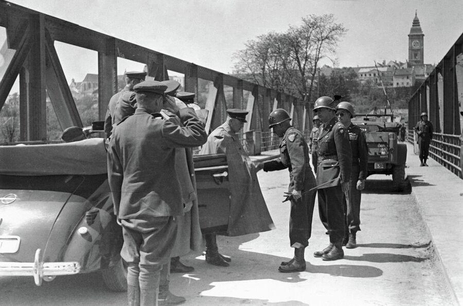 Представители советского командования встречаются на границе демаркационной зоны с американскими офицерами