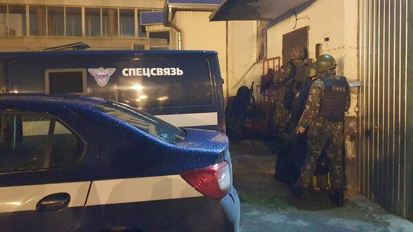 Сотрудники правоохранительных органов возле отдела специальной связи в городе Брянске, на который было совершено вооруженное нападение