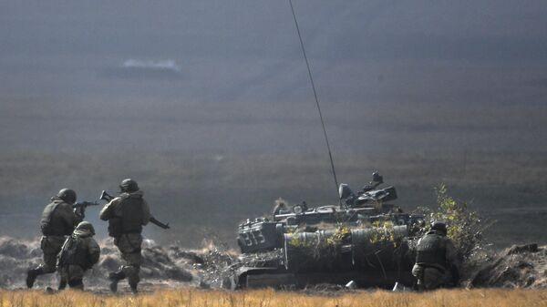 Танк Т-72Б3 во время основного этапа стратегического командно-штабного учения Центр-2019 на полигоне Донгуз