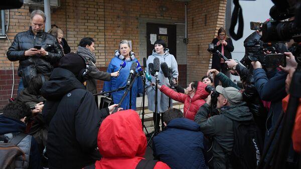 Мать и сестра актера Павла Устинова отвечают на вопросы журналистов у здания СИЗО №4